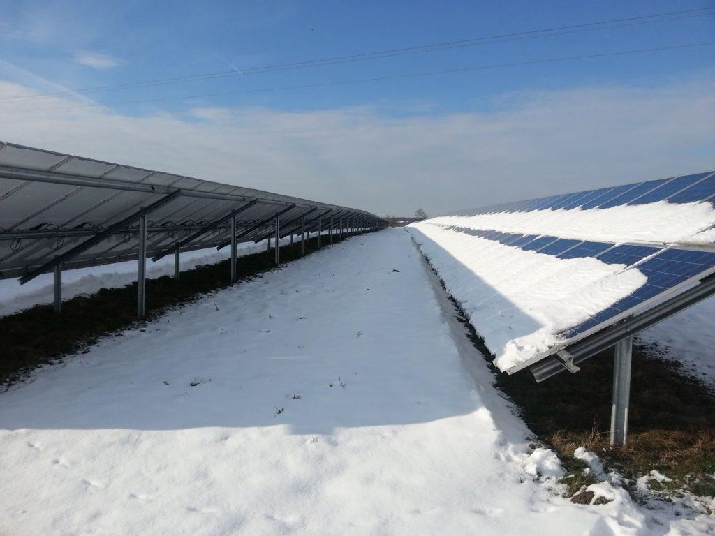 Šešėlis tarp saulės modulių eilių